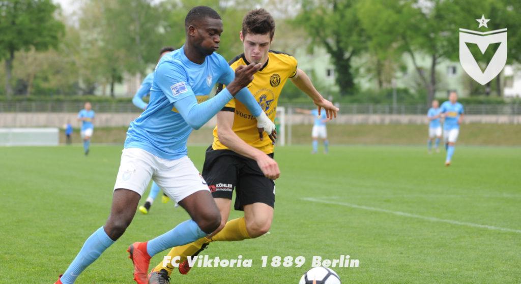 Mcmoordy Hüther im Zweikampf gegen einen Spieler vom VfB Auerbach.